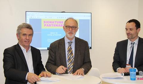 Jean-Luc Cade, président de Services Coop de France et Claude Bernhard, directeur d'Agreenium lors de la signature