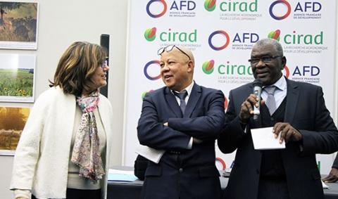 Marion Guillou, présidente d'Agreenum, avec le vice-recteur de l'agence universitaire de la francophonie, Clément Ramiarinjaona et le recteur Amadou Tidiane Guiro, recteur de l'université Ussein.