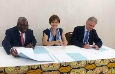 Signature d'un accord le Pr Yalacé Kaboret, directeur général de l'EISMV, Dakar, Sénégal), le Dr Emmanuelle Soubeyran, directrice générale de VetAgro Sup, Lyon, France, le Pr Olivier Lepage, directeur des relations partenariales et internationales à VetAgro Sup.